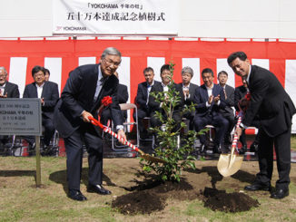 Yokohama Rubber Chairman Tadanobu Nagumo (left) and President Masataka Yamaishi participating in commemorative tree planting